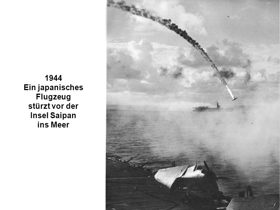 1944 Ein japanisches Flugzeug stürzt vor der Insel Saipan ins Meer