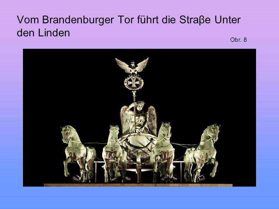 Vom Brandenburger Tor führt die Straβe Unter den Linden