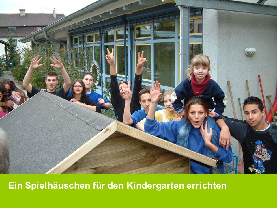 Ein Spielhäuschen für den Kindergarten errichten