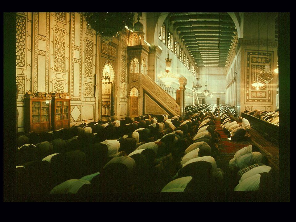 Das Foto zeigt einen Blick in die Gebetshalle der Omajaden-Moschee in Damaskus während des Freitagsgebets.