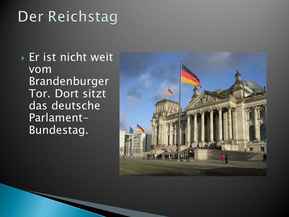 Der Reichstag Er ist nicht weit vom Brandenburger Tor. Dort sitzt das deutsche Parlament- Bundestag.