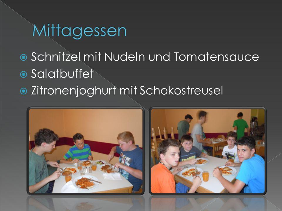 Mittagessen Schnitzel mit Nudeln und Tomatensauce Salatbuffet
