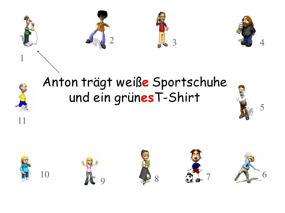 Anton trägt weiße Sportschuhe und ein grünesT-Shirt