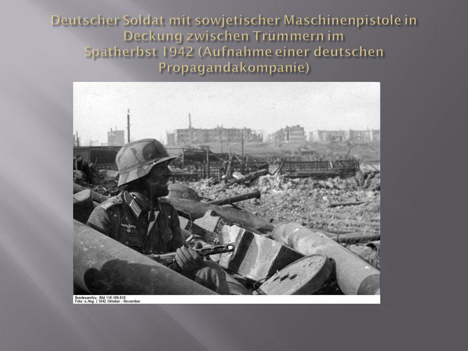 Deutscher Soldat mit sowjetischer Maschinenpistole in Deckung zwischen Trümmern im Spätherbst 1942 (Aufnahme einer deutschen Propagandakompanie)