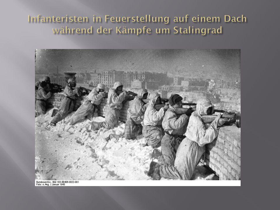Infanteristen in Feuerstellung auf einem Dach während der Kämpfe um Stalingrad