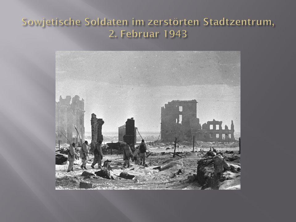 Sowjetische Soldaten im zerstörten Stadtzentrum, 2. Februar 1943