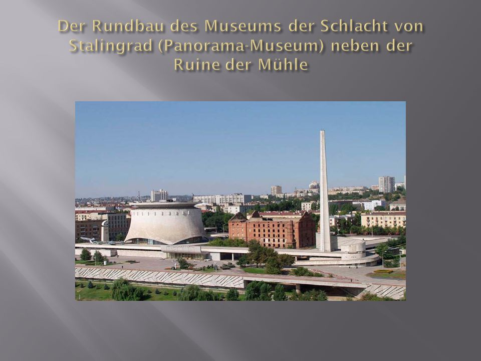 Der Rundbau des Museums der Schlacht von Stalingrad (Panorama-Museum) neben der Ruine der Mühle