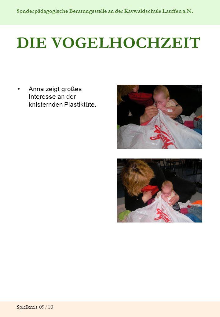 DIE VOGELHOCHZEIT Anna zeigt großes Interesse an der knisternden Plastiktüte. Spielkreis 09/10