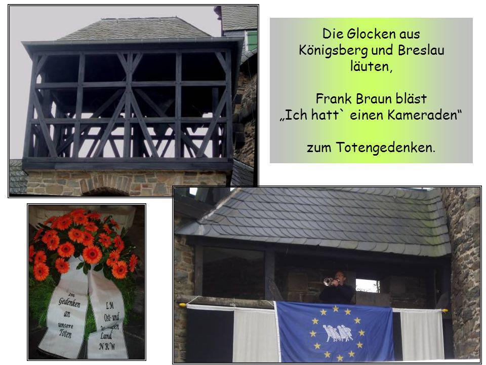 """Die Glocken aus Königsberg und Breslau läuten, Frank Braun bläst """"Ich hatt` einen Kameraden zum Totengedenken."""