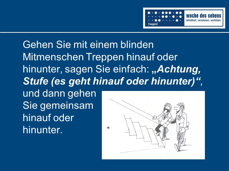 """Gehen Sie mit einem blinden Mitmenschen Treppen hinauf oder hinunter, sagen Sie einfach: """"Achtung, Stufe (es geht hinauf oder hinunter) , und dann gehen Sie gemeinsam hinauf oder hinunter."""