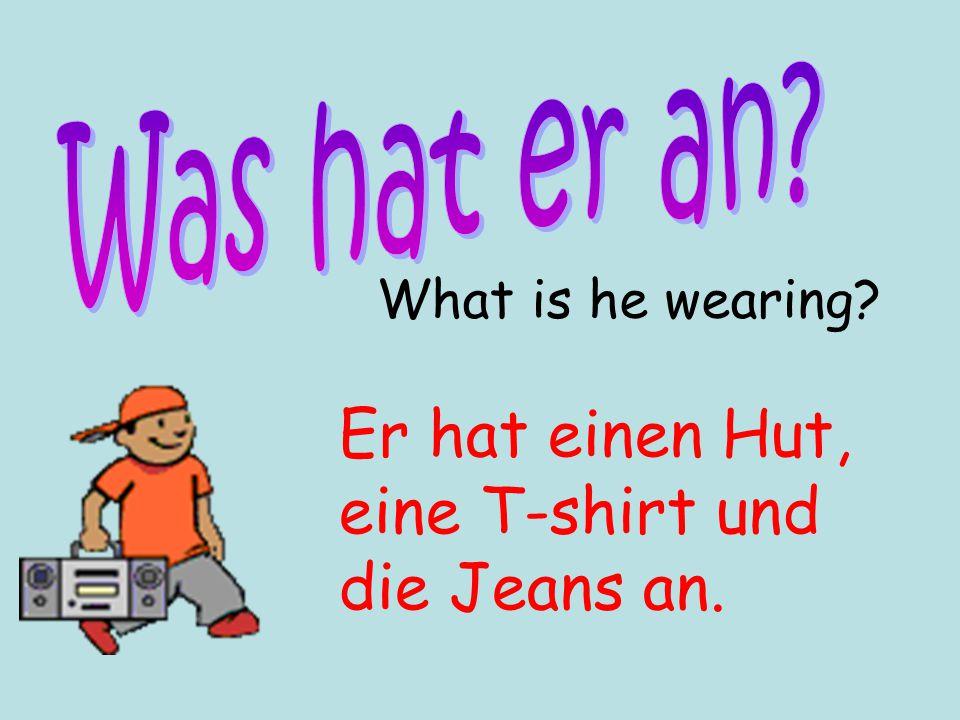 Er hat einen Hut, eine T-shirt und die Jeans an.