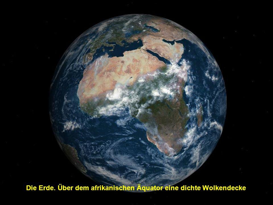 Die Erde. Über dem afrikanischen Äquator eine dichte Wolkendecke