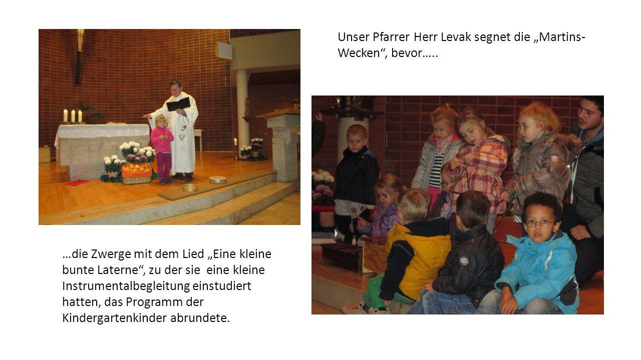 """Unser Pfarrer Herr Levak segnet die """"Martins-Wecken , bevor….."""