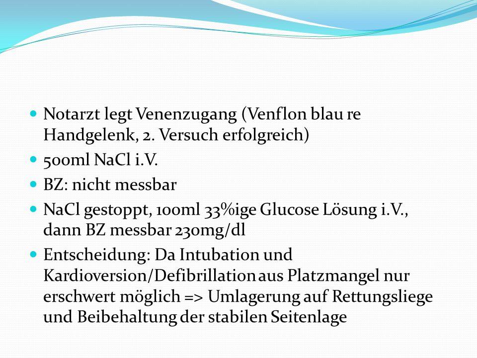 Notarzt legt Venenzugang (Venflon blau re Handgelenk, 2