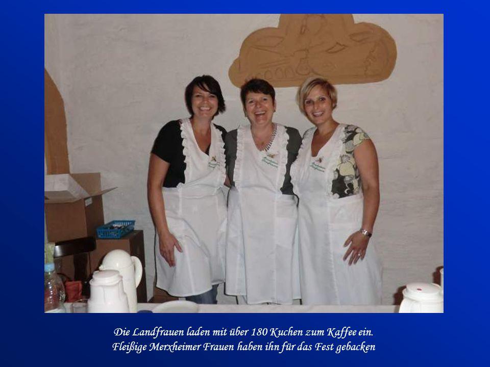 Die Landfrauen laden mit über 180 Kuchen zum Kaffee ein.