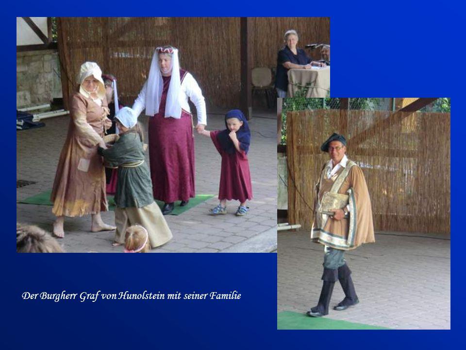 Der Burgherr Graf von Hunolstein mit seiner Familie
