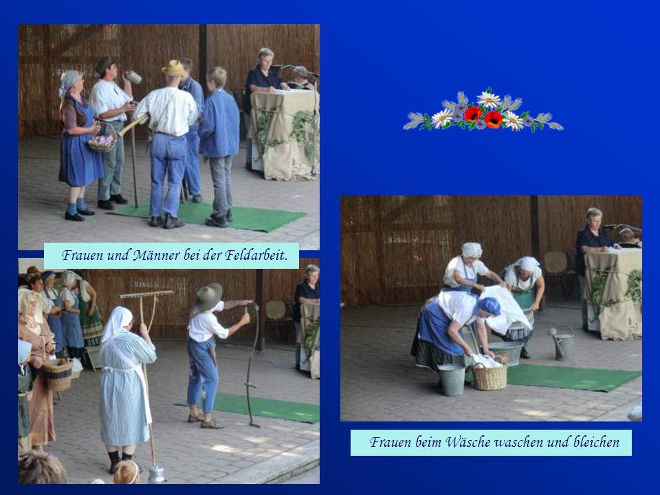 Frauen und Männer bei der Feldarbeit.
