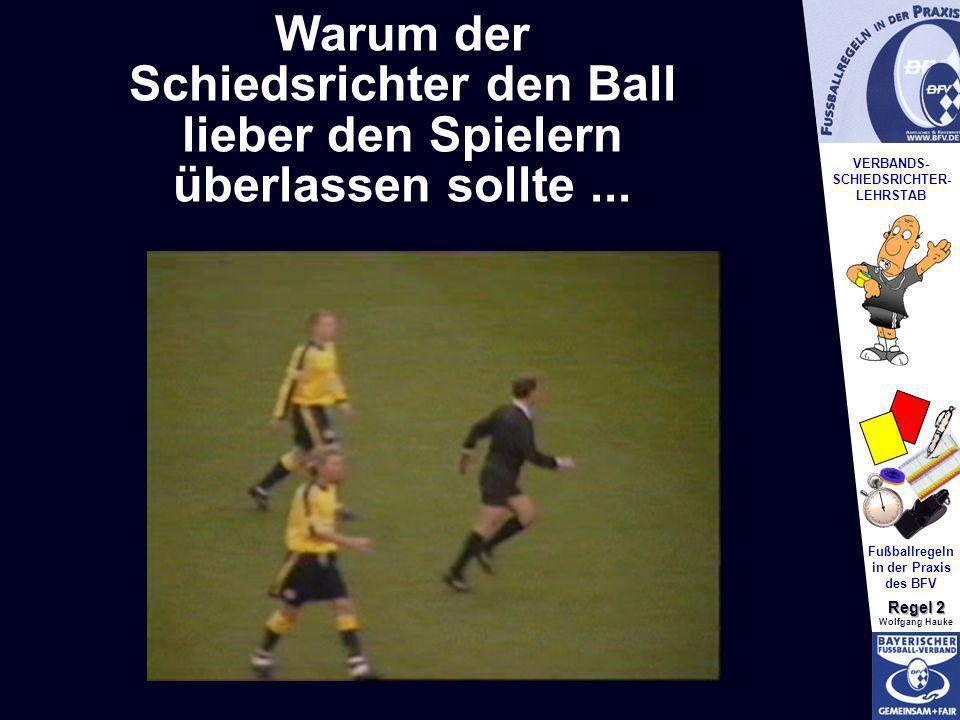 Schiedsrichter den Ball
