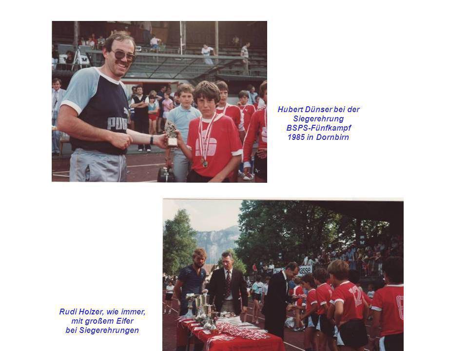 Hubert Dünser bei der Siegerehrung. BSPS-Fünfkampf. 1985 in Dornbirn. Rudi Holzer, wie immer, mit großem Eifer.