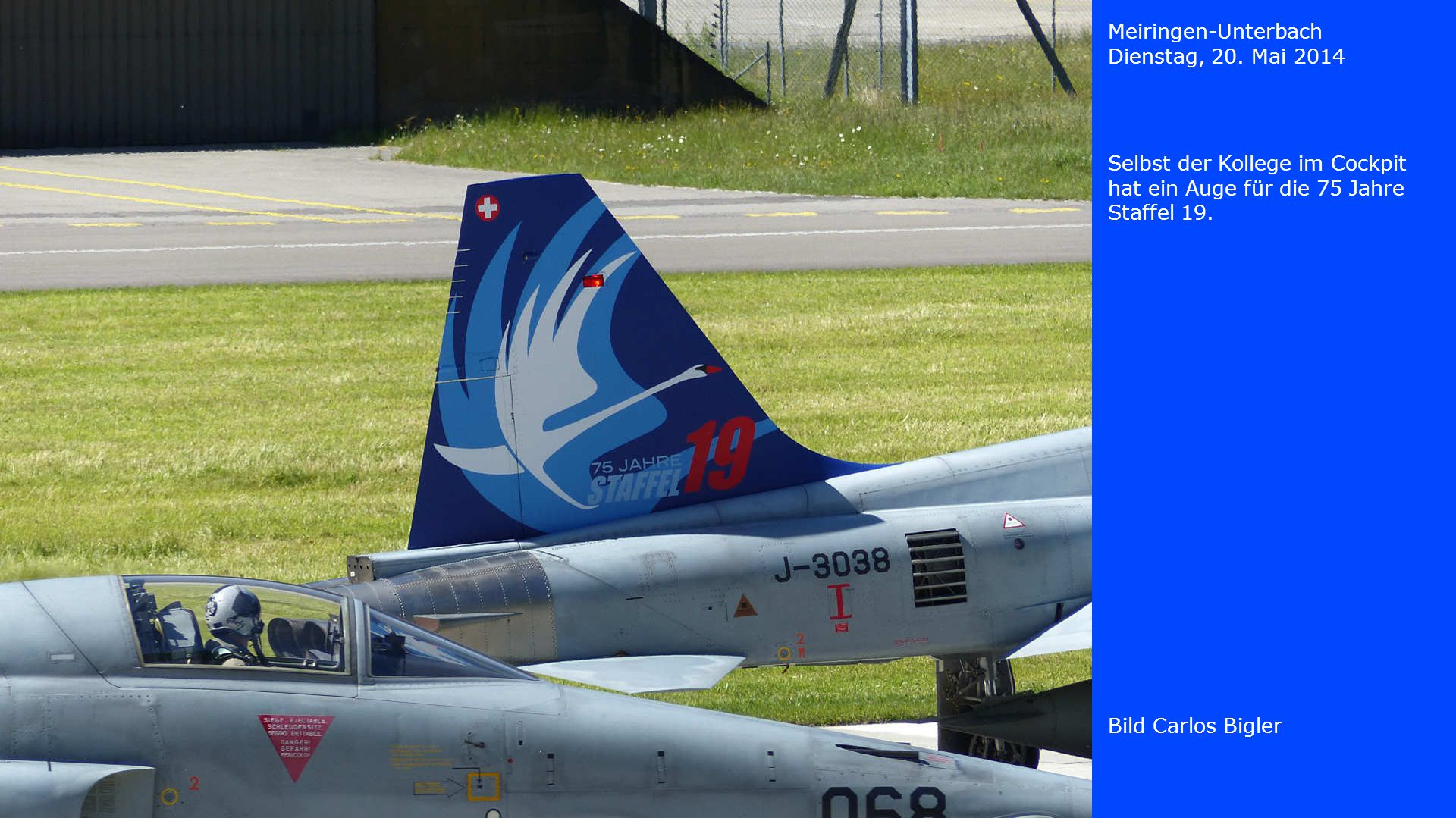 Meiringen-Unterbach Dienstag, 20. Mai 2014. Selbst der Kollege im Cockpit hat ein Auge für die 75 Jahre Staffel 19.