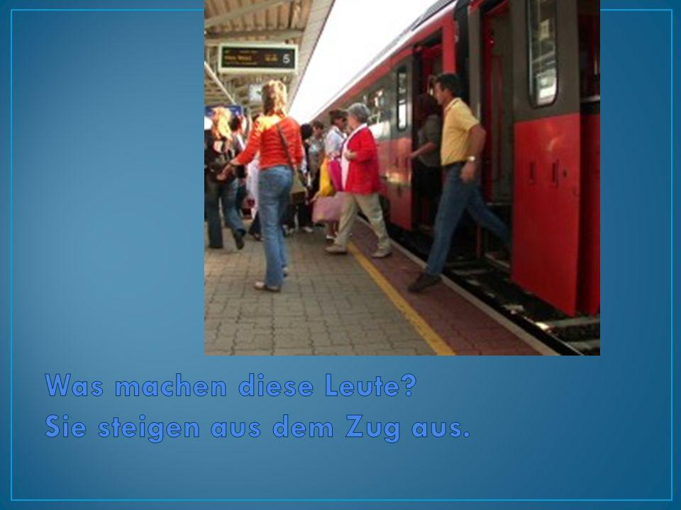 Was machen diese Leute Sie steigen aus dem Zug aus.
