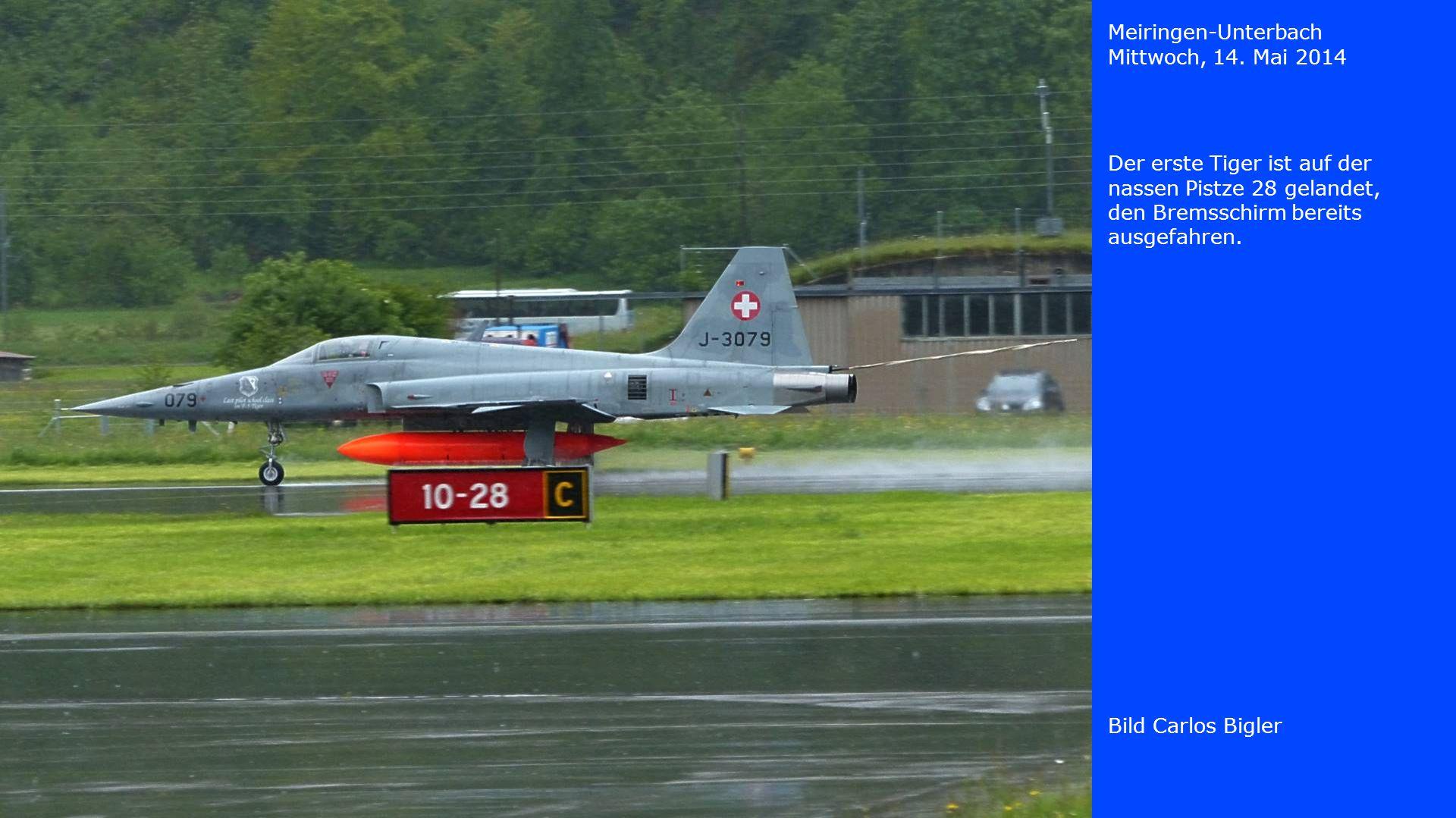 Meiringen-Unterbach Mittwoch, 14. Mai 2014. Der erste Tiger ist auf der nassen Pistze 28 gelandet, den Bremsschirm bereits ausgefahren.