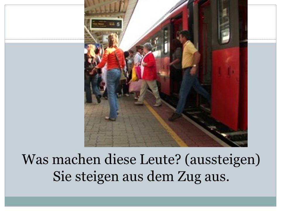Was machen diese Leute (aussteigen) Sie steigen aus dem Zug aus.