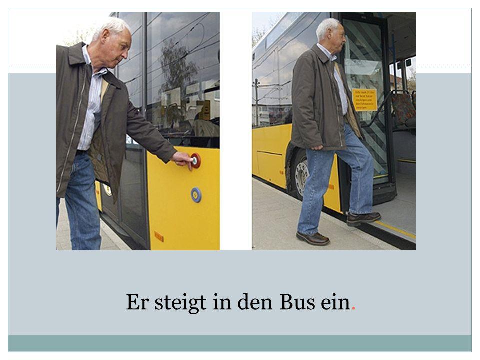 Er steigt in den Bus ein.