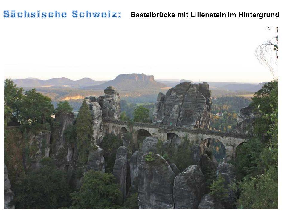Sächsische Schweiz: Basteibrücke mit Lilienstein im Hintergrund