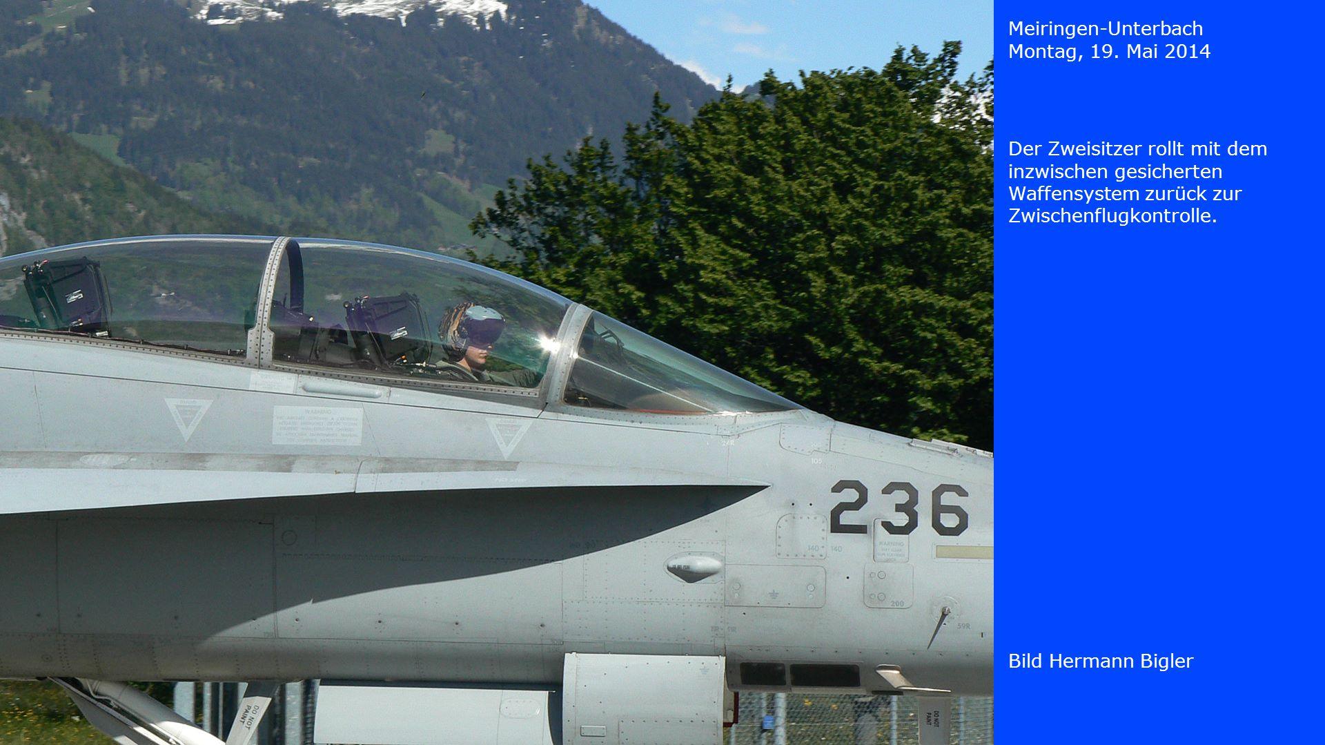 Meiringen-Unterbach Montag, 19. Mai 2014. Der Zweisitzer rollt mit dem inzwischen gesicherten Waffensystem zurück zur Zwischenflugkontrolle.