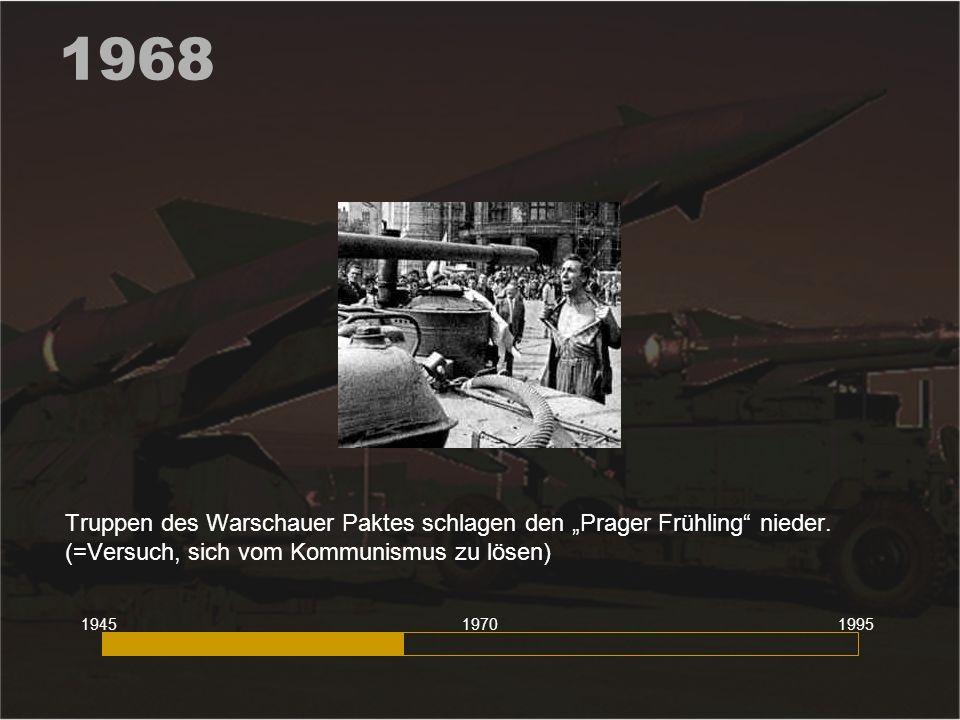 """1968 Truppen des Warschauer Paktes schlagen den """"Prager Frühling nieder. (=Versuch, sich vom Kommunismus zu lösen)"""