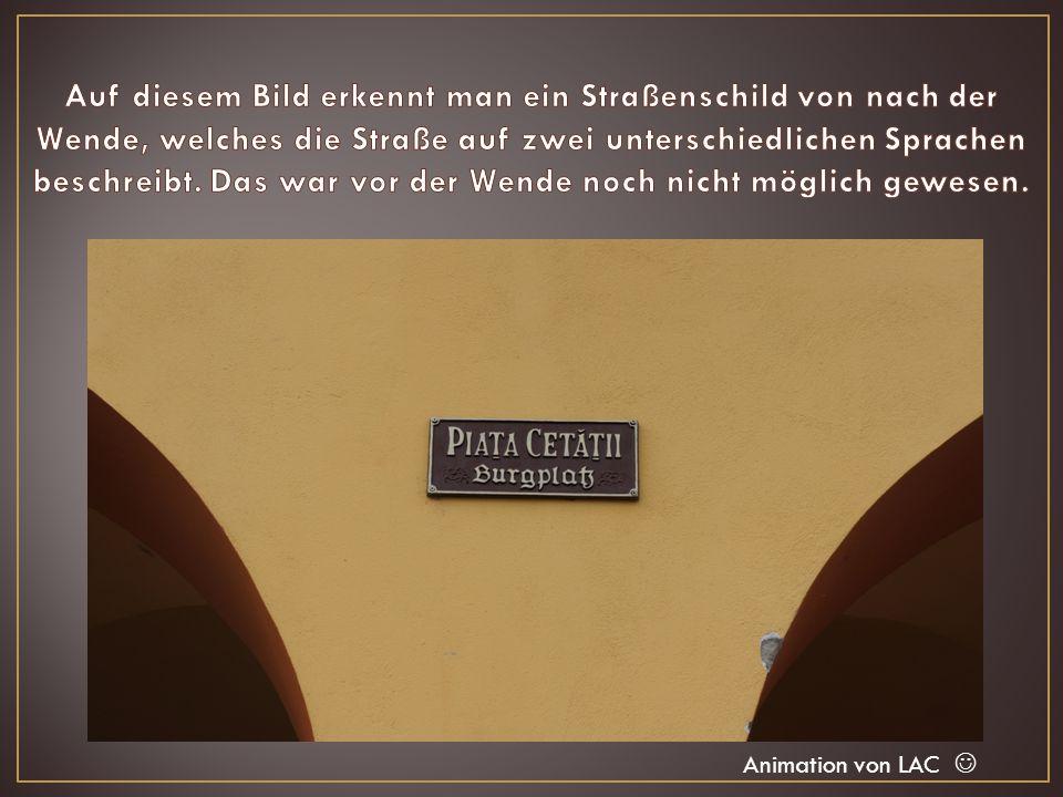 Auf diesem Bild erkennt man ein Straßenschild von nach der Wende, welches die Straße auf zwei unterschiedlichen Sprachen beschreibt. Das war vor der Wende noch nicht möglich gewesen.