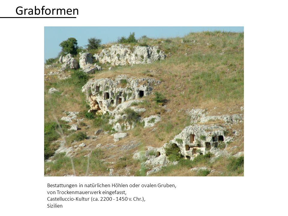 Grabformen Bestattungen in natürlichen Höhlen oder ovalen Gruben,