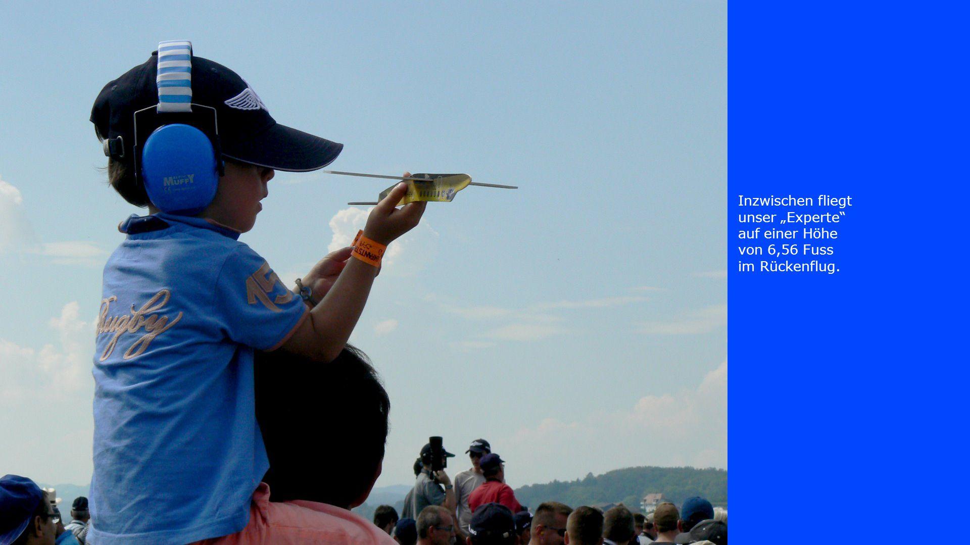 """Inzwischen fliegt unser """"Experte auf einer Höhe von 6,56 Fuss im Rückenflug."""