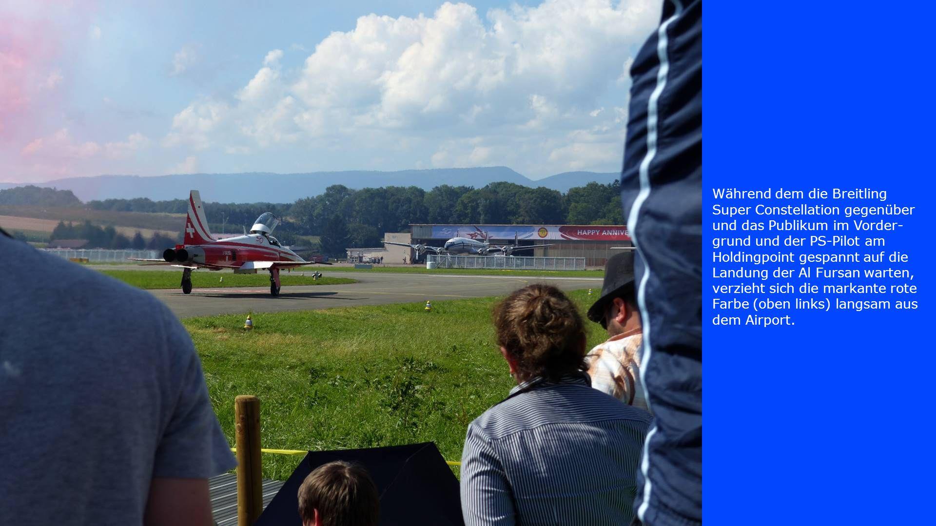 Während dem die Breitling Super Constellation gegenüber und das Publikum im Vorder-grund und der PS-Pilot am Holdingpoint gespannt auf die Landung der Al Fursan warten, verzieht sich die markante rote Farbe (oben links) langsam aus dem Airport.
