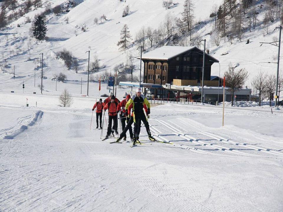 Klassenlehrer Skilanglauf beim Aufstieg zum Oberalp-Pass (Alpin-Technik verbessern)
