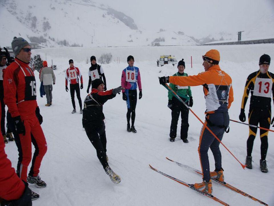Kursstafette Schneeschuh ganz rechts, Pfeil gelb Alpin links, Pfeil rot