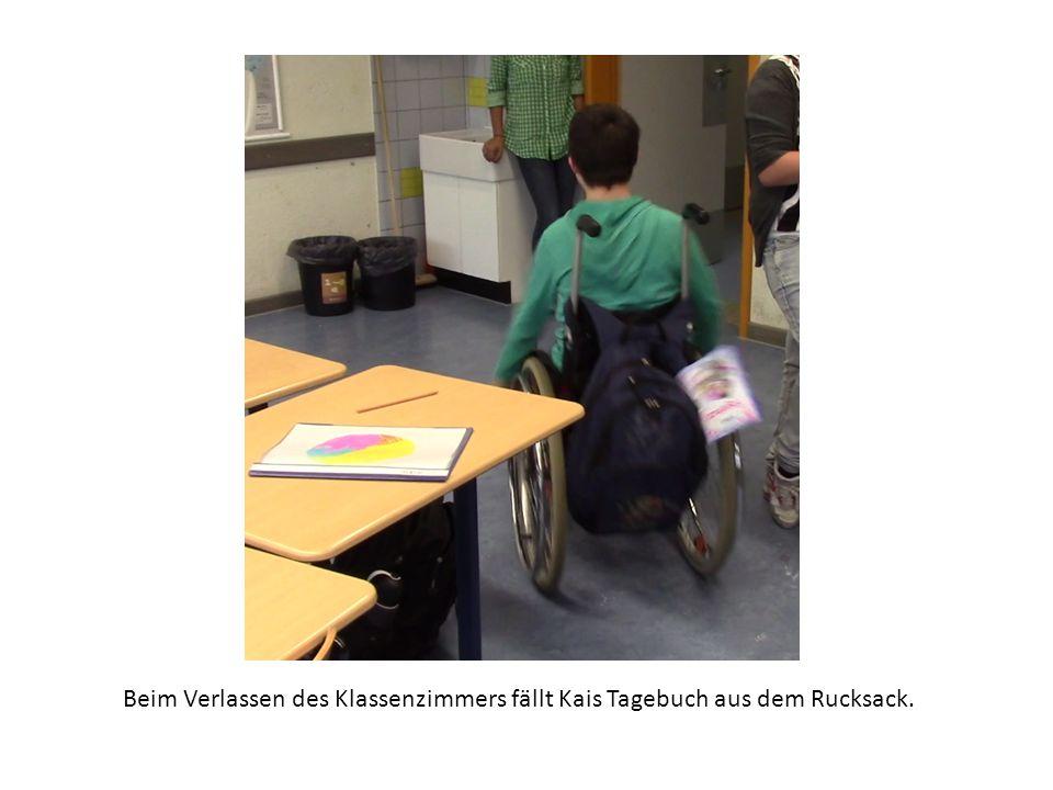 Beim Verlassen des Klassenzimmers fällt Kais Tagebuch aus dem Rucksack.