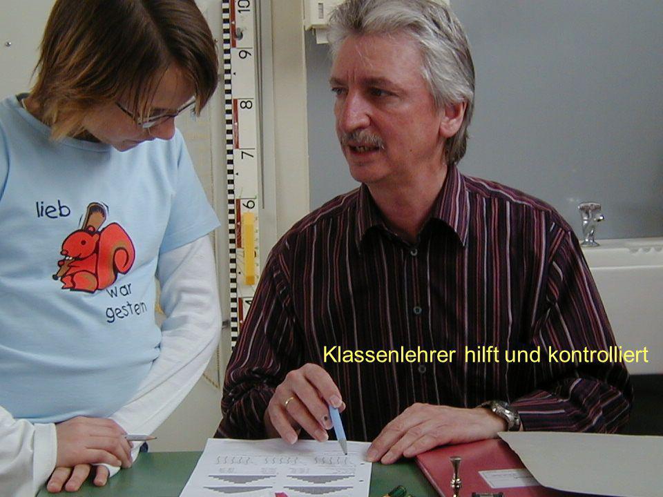 Klassenlehrer hilft und kontrolliert