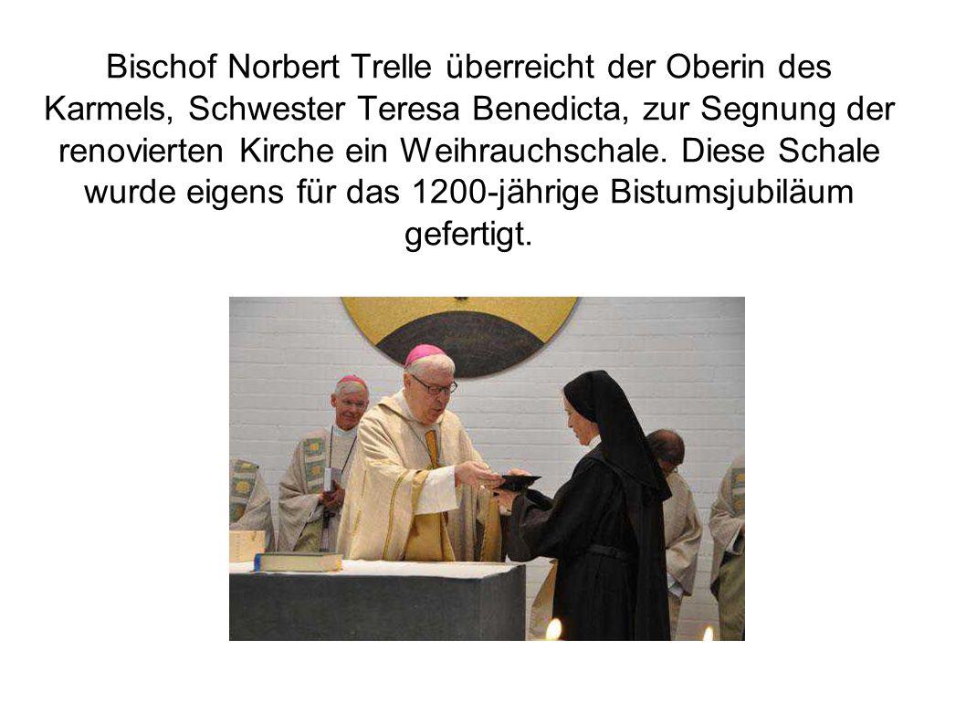 Bischof Norbert Trelle überreicht der Oberin des Karmels, Schwester Teresa Benedicta, zur Segnung der renovierten Kirche ein Weihrauchschale.