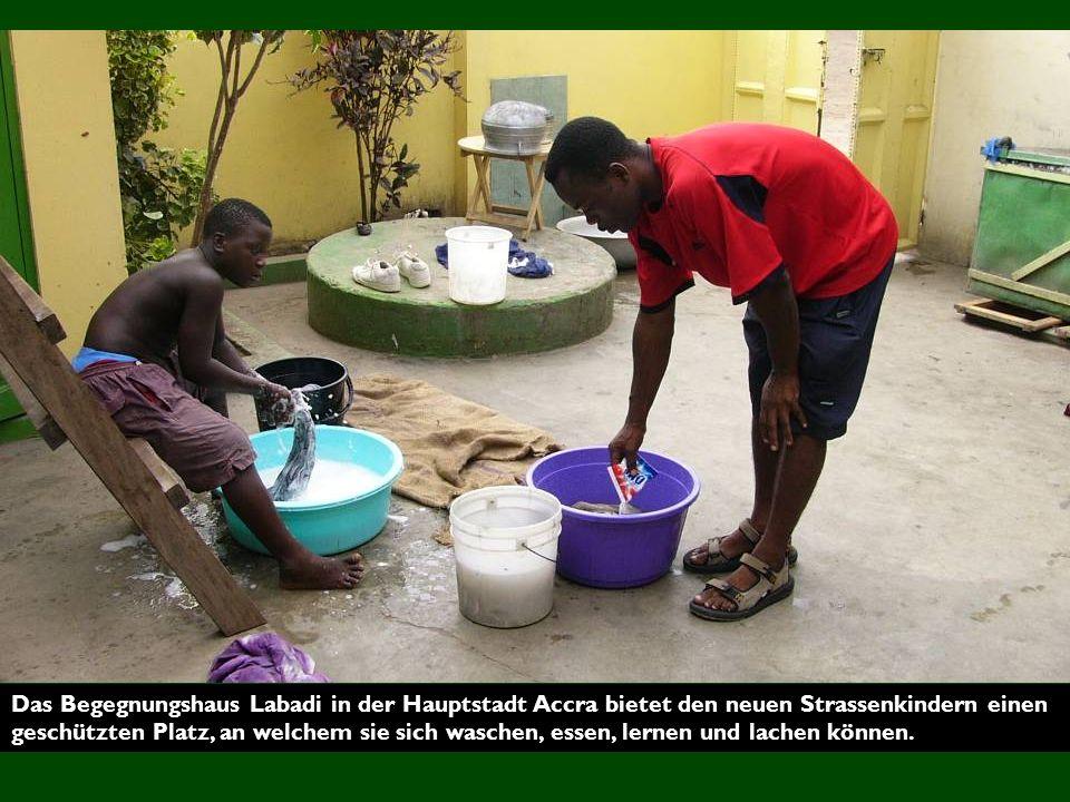 Das Begegnungshaus Labadi in der Hauptstadt Accra bietet den neuen Strassenkindern einen geschützten Platz, an welchem sie sich waschen, essen, lernen und lachen können.