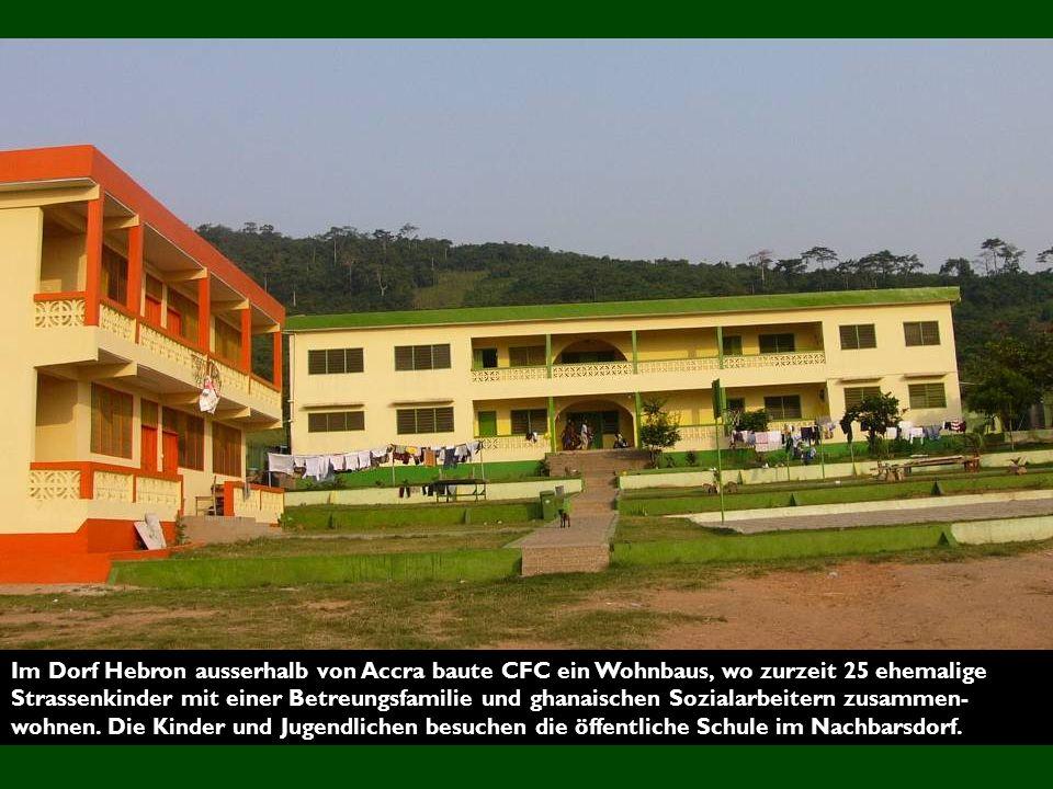 Im Dorf Hebron ausserhalb von Accra baute CFC ein Wohnbaus, wo zurzeit 25 ehemalige Strassenkinder mit einer Betreungsfamilie und ghanaischen Sozialarbeitern zusammen-wohnen.