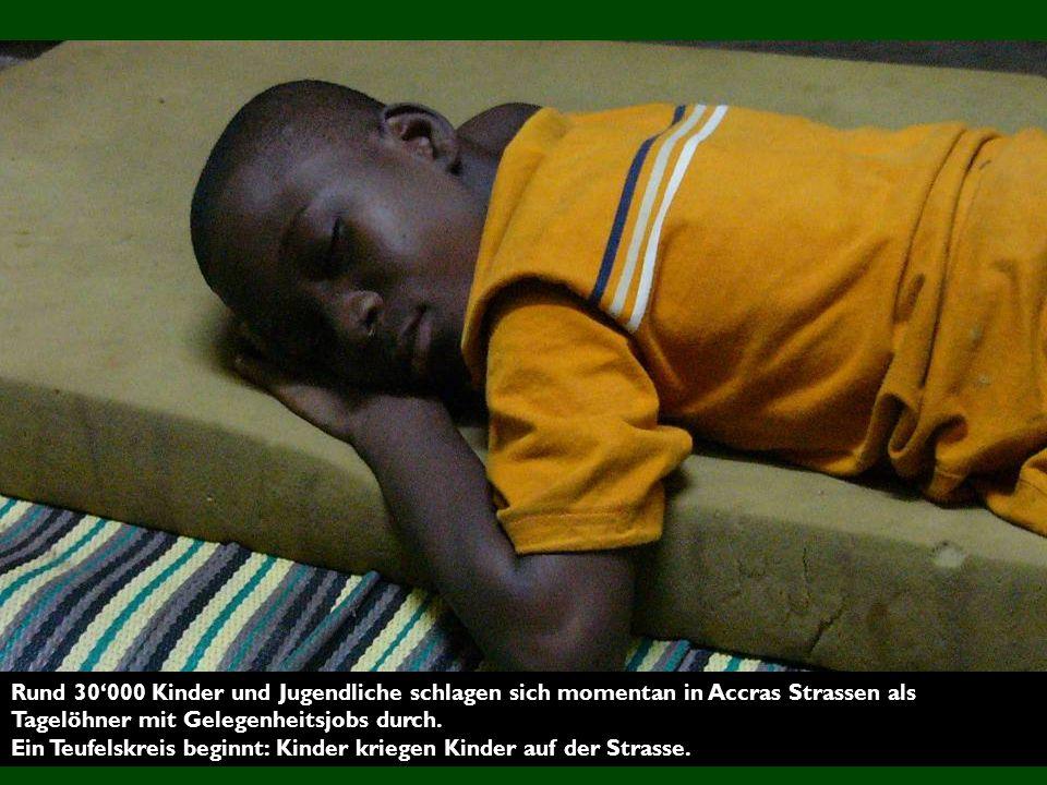 Rund 30'000 Kinder und Jugendliche schlagen sich momentan in Accras Strassen als Tagelöhner mit Gelegenheitsjobs durch.