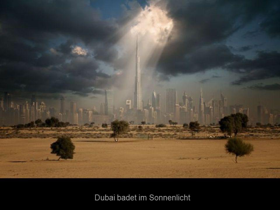 Dubai badet im Sonnenlicht