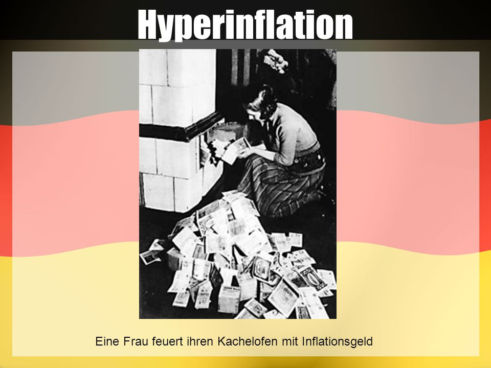 Hyperinflation Eine Frau feuert ihren Kachelofen mit Inflationsgeld