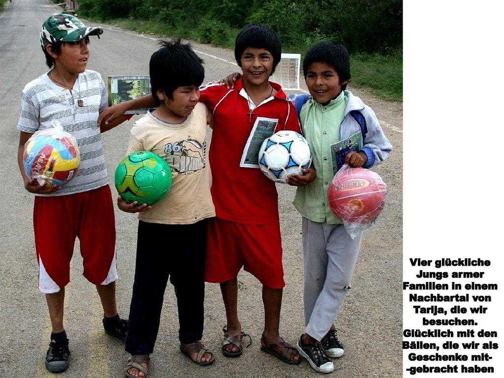 Vier glückliche Jungs armer. Familien in einem. Nachbartal von. Tarija, die wir. besuchen. Glücklich mit den.