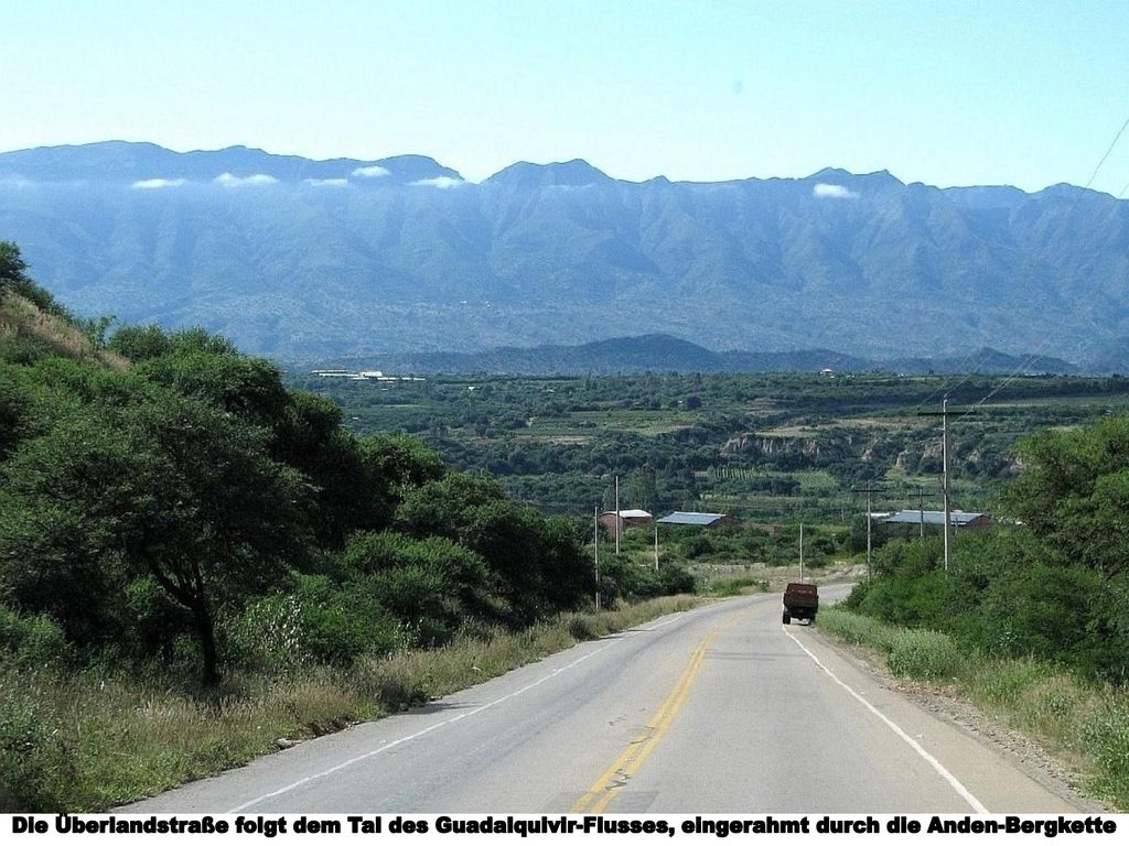 Die Überlandstraße folgt dem Tal des Guadalquivir-Flusses, eingerahmt durch die Anden-Bergkette