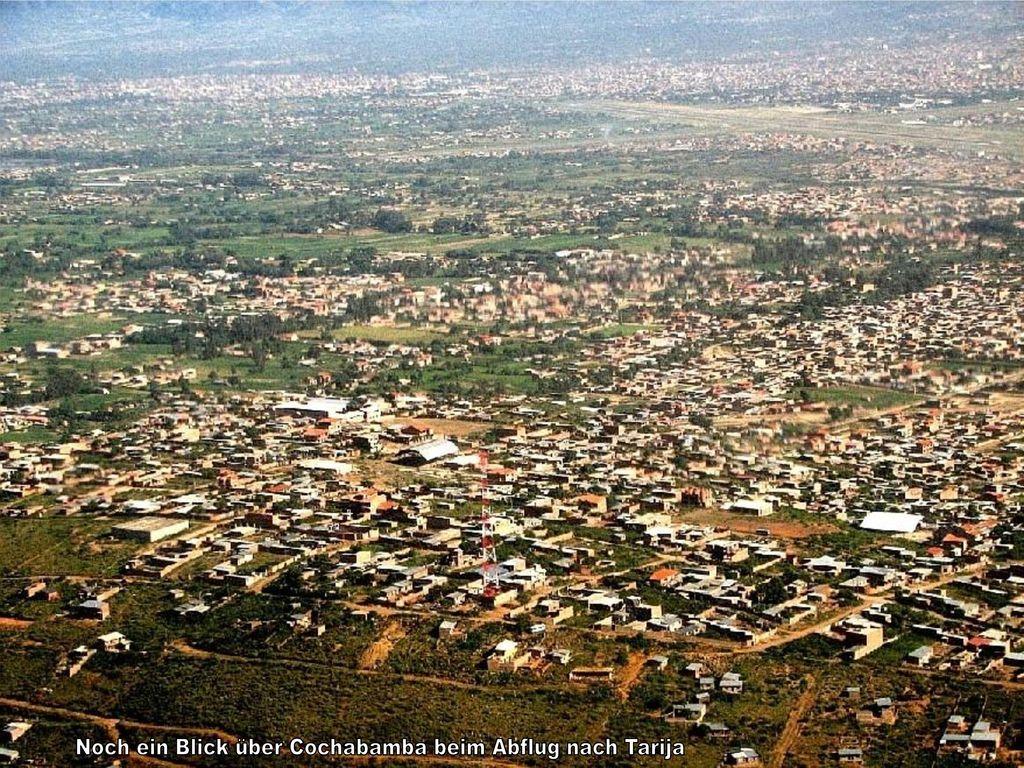 Noch ein Blick über Cochabamba beim Abflug nach Tarija