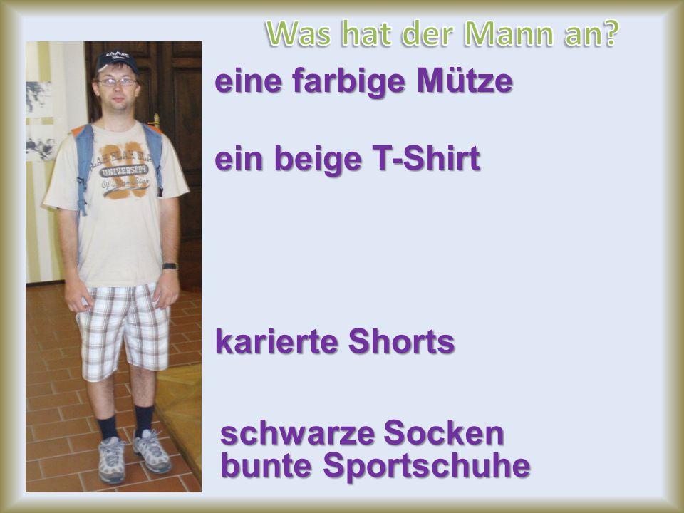 Was hat der Mann an eine farbige Mütze ein beige T-Shirt