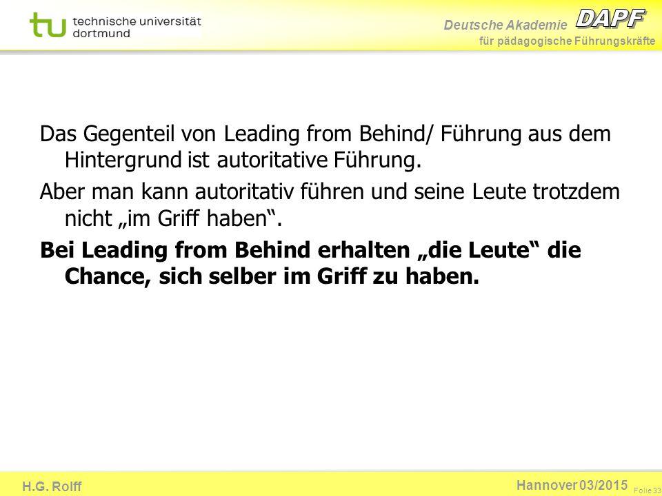 Das Gegenteil von Leading from Behind/ Führung aus dem Hintergrund ist autoritative Führung.